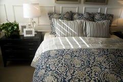 härlig sovrumdesigninterior royaltyfria bilder