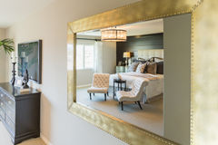 Härlig sovrumreflexion i dekorativ spegel royaltyfri fotografi