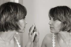 härlig spegel för framsidaframdelflicka royaltyfri foto
