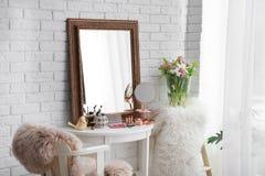 Härlig spegel på tabellen i modernt rum arkivfoton