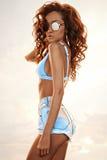 Härlig spenslig kvinna i bikini och kortslutningar Arkivfoton