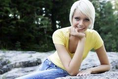 Härlig spenslig ung blond kvinna royaltyfria foton