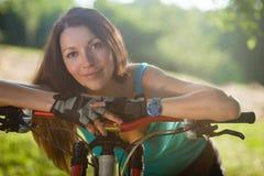 Härlig sportflicka med den utomhus- cykeln Royaltyfri Foto