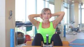 Härlig sportkvinna som gör presskonditionövning lager videofilmer