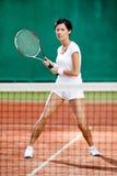 Härlig sportswoman på tennisbanan Royaltyfri Bild