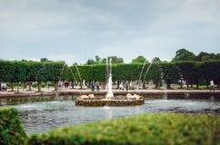 Härlig springbrunn av den UNESCO listade Peterhof slotten på St Petersburg h?rligt arkivbilder