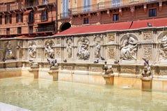 Härlig springbrunn av glädje på den centrala fyrkanten Piazza del Campo, si Fotografering för Bildbyråer