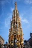 Härlig springbrunn i Nuremberg, Tyskland royaltyfri bild