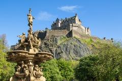 Härlig springbrunn med slotten i bakgrund Royaltyfria Foton