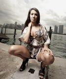 härlig squatting kvinna Fotografering för Bildbyråer