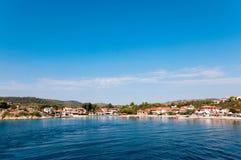 Härlig ställehamnstad Agios Nikolaos, Ormos Panagias, Sithonia, Grekland Royaltyfri Bild