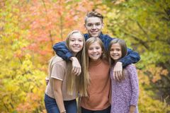 Härlig stående av att le lyckliga tonåriga ungar utomhus Arkivfoton