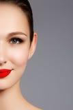 Härlig stående av den sinnliga europeiska modellen för ung kvinna med gl royaltyfri foto