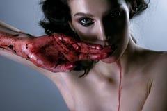 Härlig stående av den unga brunettkvinnan med blodiga händer Ho royaltyfria foton