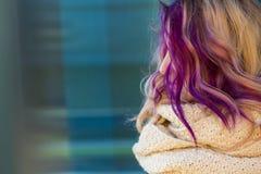 Härlig stående av en flicka med kulört hår Arkivfoton