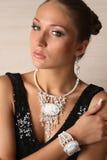 Härlig stående av kvinnan med smycken arkivbild