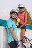Härlig stående av två flickvänner som har en vattenavbrottstoget Arkivbilder