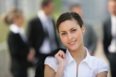 härlig stående för affärskvinna o Arkivfoto