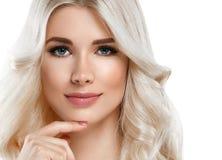 Härlig stående för blond kvinna Kosmetiskt begrepp, platina Blon royaltyfri bild
