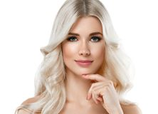 Härlig stående för blond kvinna Kosmetiskt begrepp, platina Blon arkivbilder