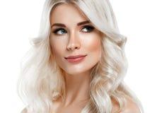 Härlig stående för blond kvinna Kosmetiskt begrepp, platina Blon royaltyfri foto