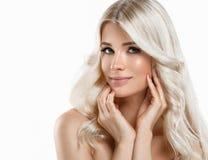 Härlig stående för blond kvinna Kosmetiskt begrepp, platina Blon arkivfoto