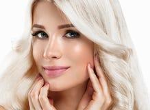 Härlig stående för blond kvinna Kosmetiskt begrepp, platina Blon arkivfoton