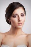 Härlig stående för brunettbrudkvinna Elegansfrisyr Arkivbilder