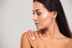 härlig stående för closeupkvinnligmodell royaltyfria bilder