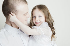 härlig stående för dotterfamiljfader Arkivfoton