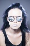 Härlig stående för kvinnamodemodell i solglasögon med reflexioner av berg och metalliska silverkanter Idérik frisyr Fotografering för Bildbyråer