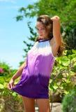 Härlig stående för ung kvinna utomhus Royaltyfria Foton