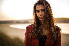 härlig ståendekvinna för strand royaltyfri foto