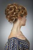 härlig ståendekvinna naturlig skönhet Updo isolated rear view white Royaltyfri Foto