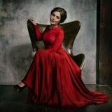 härlig ståendekvinna sexig flicka Skönhetmodell i röd kartbokklänning Royaltyfri Bild