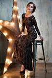 härlig ståendekvinna sexig flicka Skönhetmodellen i svart snör åt klänningen Arkivbilder