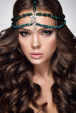 härlig ståendekvinna Skönhetmodekvinna med grön makeup, tillbehör Royaltyfria Bilder