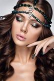härlig ståendekvinna Skönhetmodekvinna med grön makeup, tillbehör Royaltyfri Foto