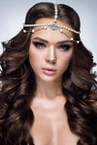 härlig ståendekvinna Skönhetmodekvinna med ursnygg makeup, tillbehör Royaltyfri Foto