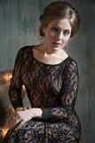 härlig ståendekvinna Skönhetmodellen i svart snör åt klänningen Royaltyfri Fotografi