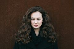 härlig ståendekvinna Social massmediaprofilbild 20-29 år gammal kvinnlig stående Lång brunettflicka för lockigt hår Royaltyfri Fotografi