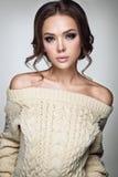 härlig ståendekvinna Ung dam som poserar i varm tröja Trevlig makeup och frisyr Royaltyfria Bilder