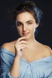 härlig ståendestudiokvinna pärlor för blå för begrepp för bakgrundsskönhet blir grund naturliga over för behållare kosmetisk för  Arkivbilder