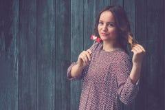 Härlig stötta för papper för kvinnainnehavförälskelse mot träväggbaksida Fotografering för Bildbyråer