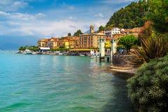 Härlig stad av sjön Como med lyxiga byggnader, Bellagio, Italien royaltyfri foto