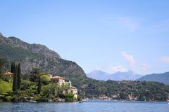 Härlig stad i bergen på sjön Royaltyfri Foto