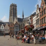 _ Härlig stad Mechelen Grote Markt Arkivbild