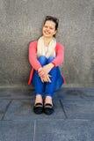 Härlig stads- kvinna, flicka som placerar vid väggen i stad Arkivbild