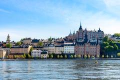 Härlig stadsarkitektur vid vattnet Gamla byggnader mot sommarhimmel Royaltyfri Foto