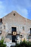 Härlig stadshusbyggnad i Frigiliana, spansk vit by Andalusia Arkivbild